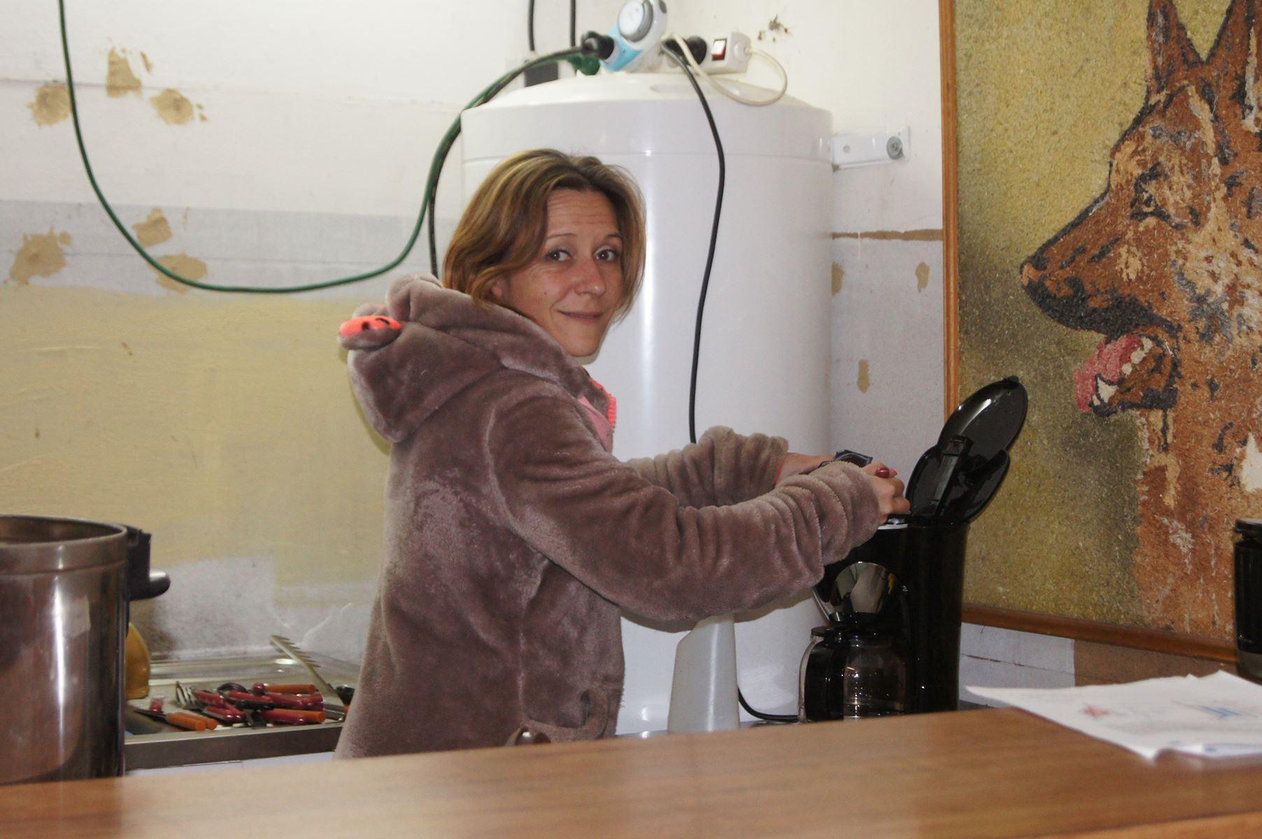 Amélie qui prépare le café pour l'équipe de choc