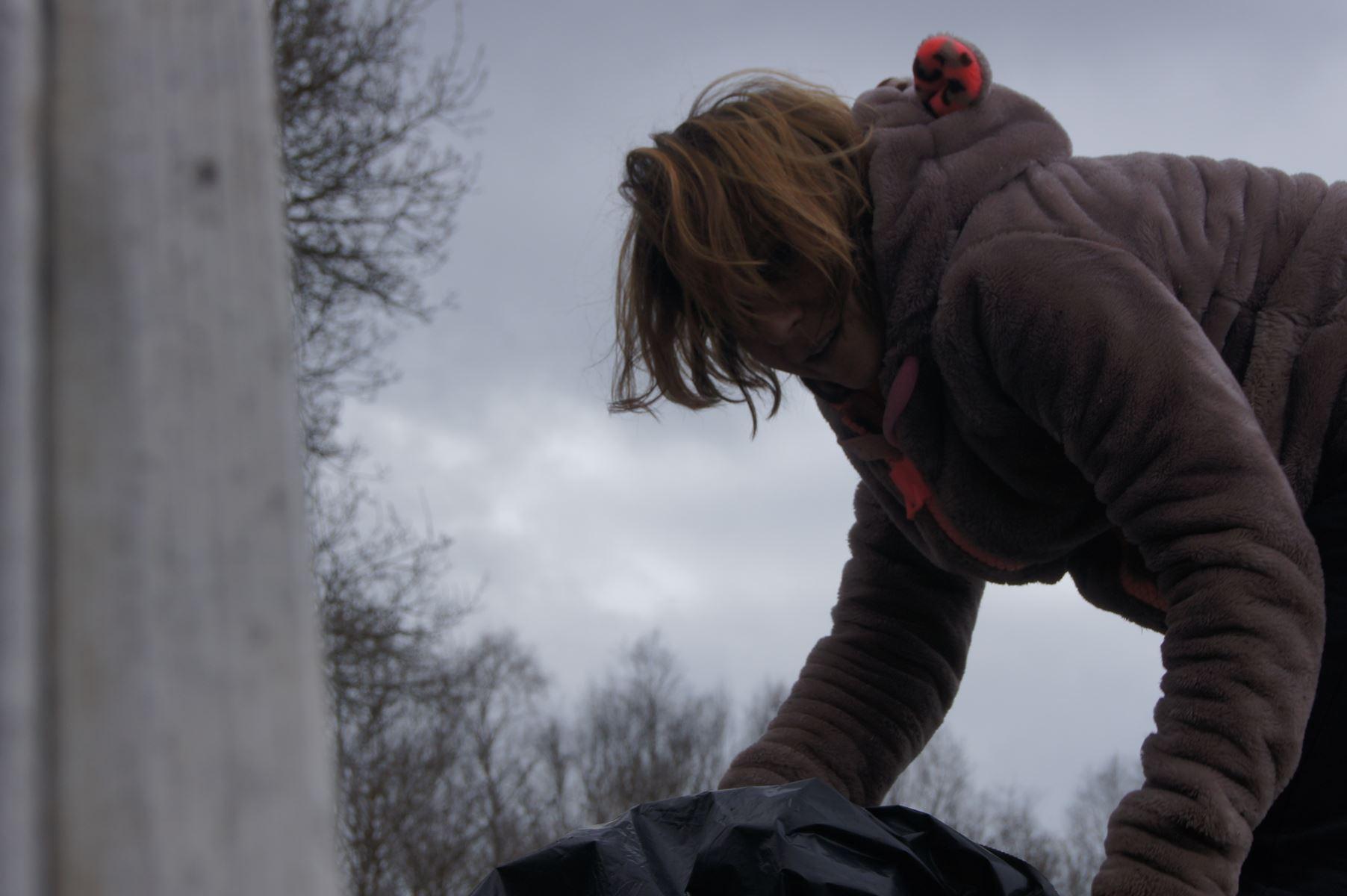 Amélie sur les bungalows pour enlever les feuilles mortes