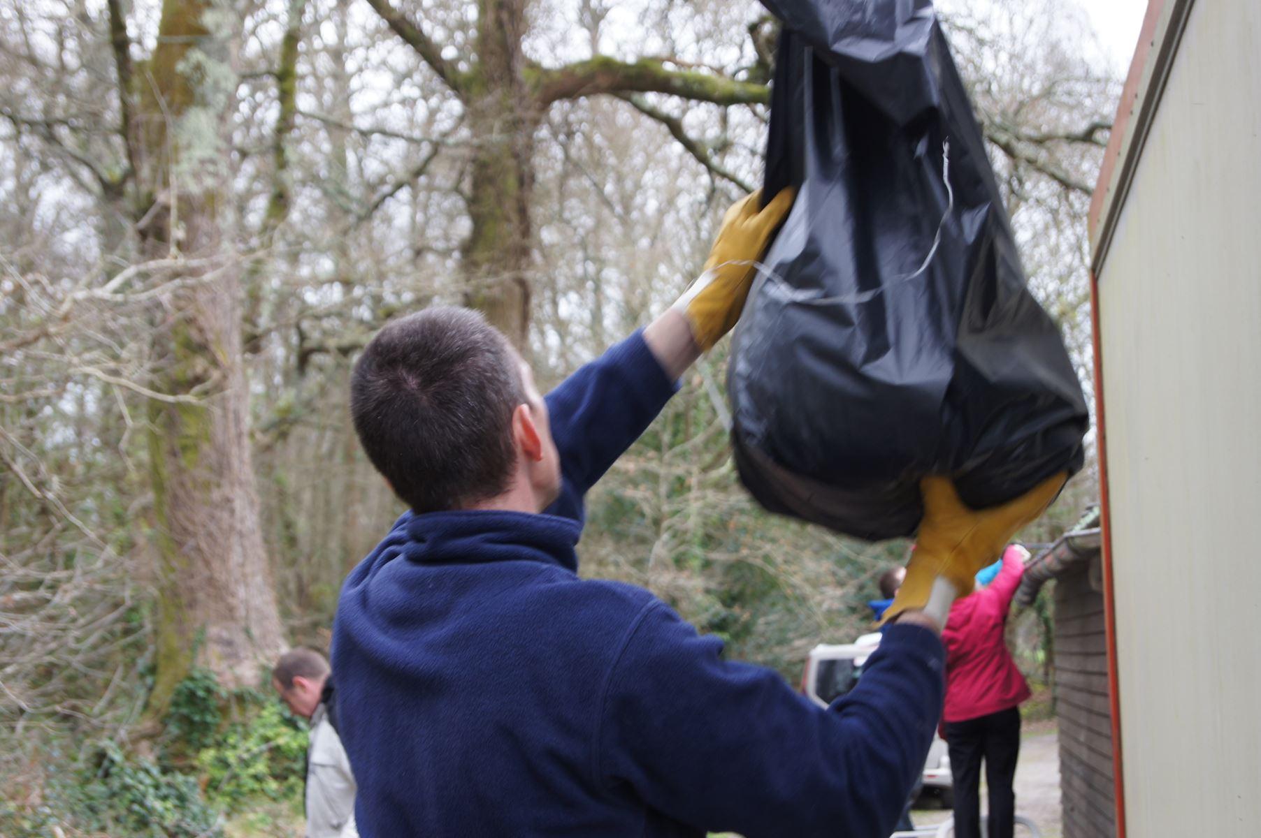 Nicolas pour réceptionner les sacs de feuilles