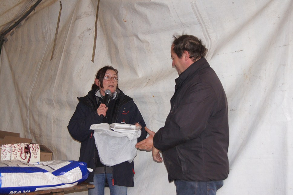Catherine remettant le cadeau Henriot à Patrick SIMON