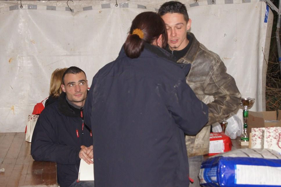 Catherine remettant son cadeau à Romain BERTHOU Homme Assistant