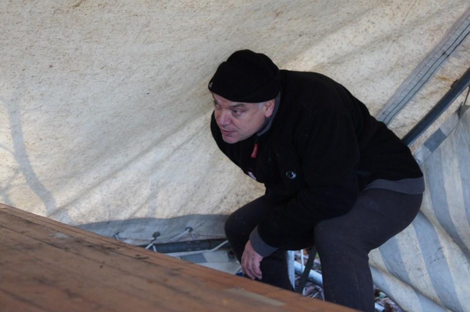 Gilles aidant à la monte du barnum
