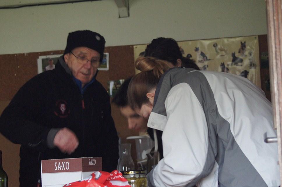 Joël, Floriane et Thomas préparant le vin chaud