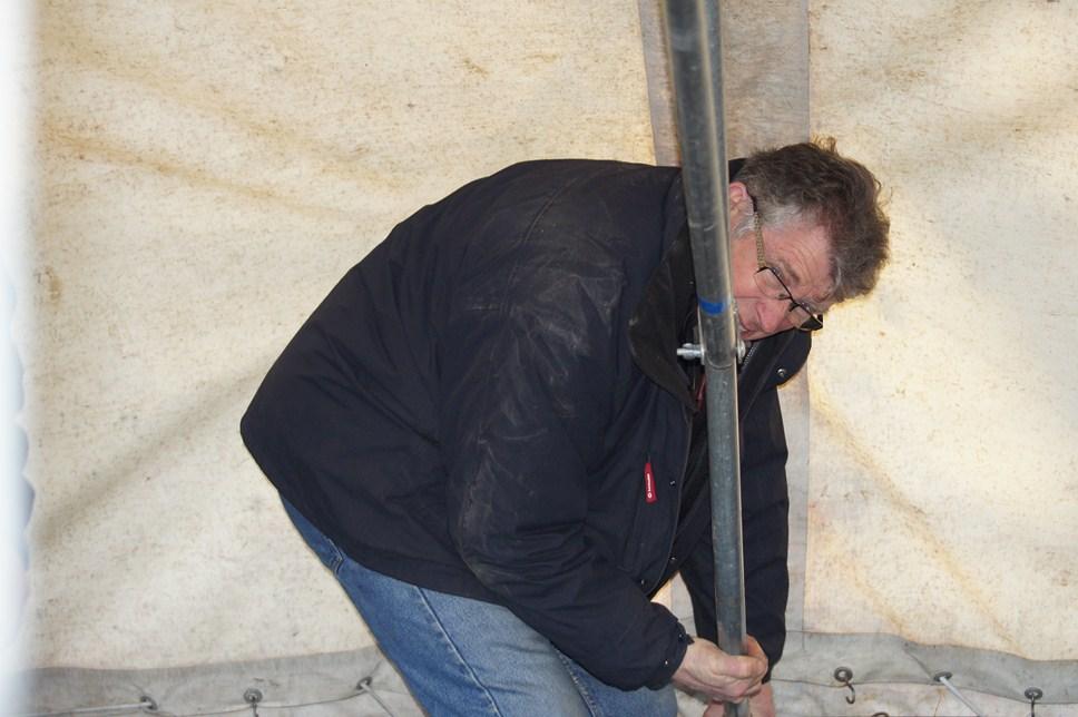 Patrick aidant à la monte du barnum